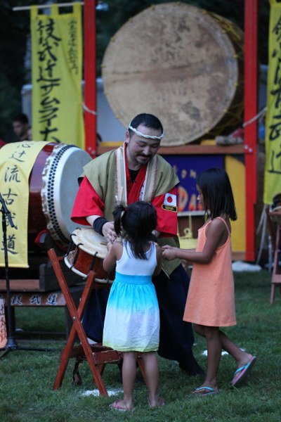 Grandmaster Chuemon Tsuji Xi with two girls from the audience